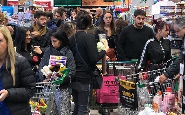 Shoppers flood a Tel Aviv supermarket on March 14, 2020 (Courtesy)