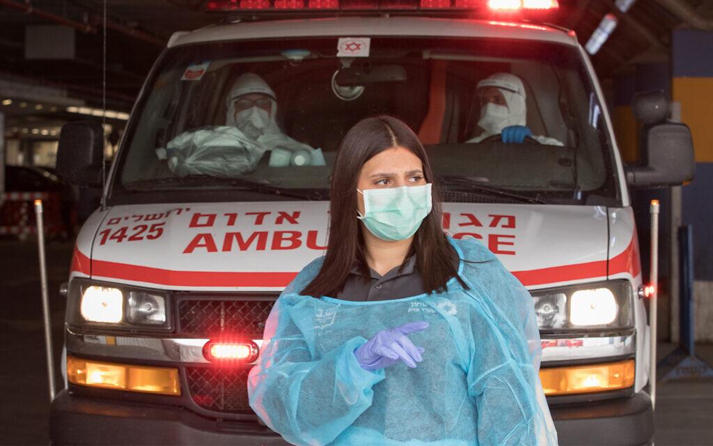 Equipe médica após evacuar um paciente suspeito de COVID-19 no hospital Shaare Zedek em Jerusalém, em 31 de março de 2020. (Nati Shohat / Flash90)
