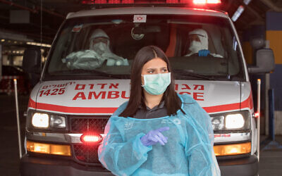 Medical personnel after evacuating a suspected COVID-19 patient at Shaarei Tzedek hospital in Jerusalem, March 31, 2020. (Nati Shohat/Flash90)
