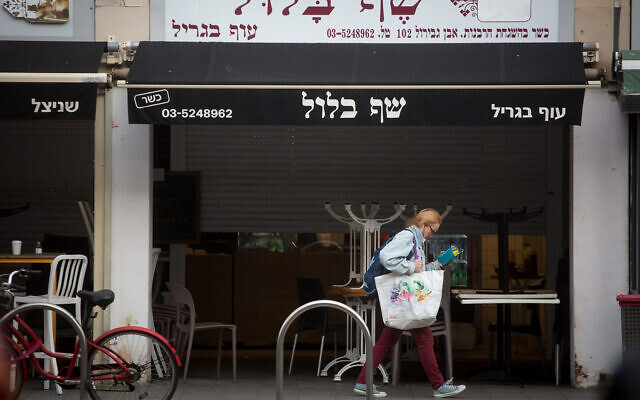 Closed shops and restaurants in Tel Aviv, March 15, 2020. (Miriam Alster/FLASH90)