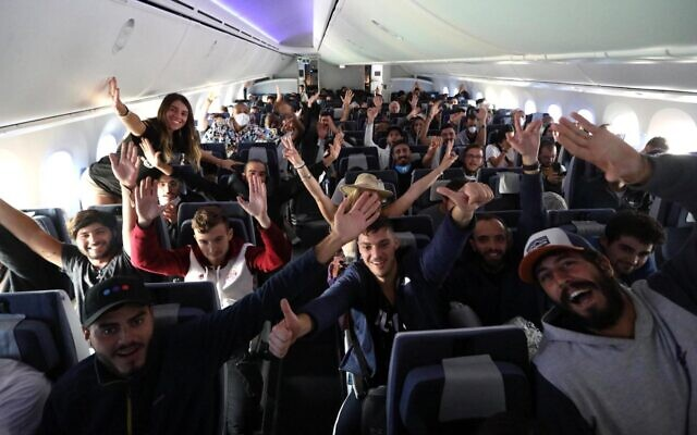 Hundreds of Israelis backpackers aboard an El Al Dreamlimer taking them from Lima, Peru, to Tel Aviv, March 2020 (Sivan Farage)