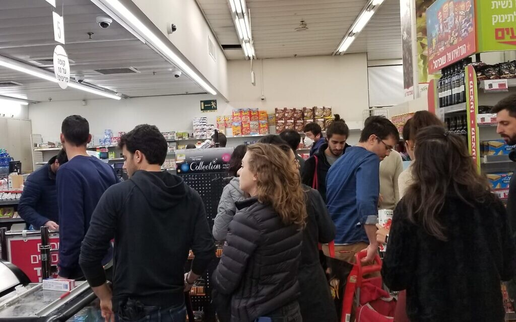 Long lines at supermarket in central Tel Aviv on March 15, 2020. (Adam Rasgon/Times of Israel)