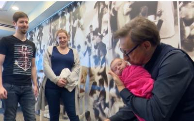 Pediatrician Harvey Karp calms a newborn in Israel, March 6. 2020 (Screenshot Channel 12)