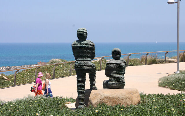 Statues of the Biblical King Asa and Yehoshafat in Independence Park in Tel Aviv. (Shmuel Bar-Am)