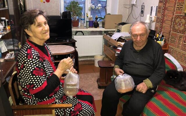 A Ukrainian Jewish couple with food parcels provided by Christians for Israel. (Christians for Israel)