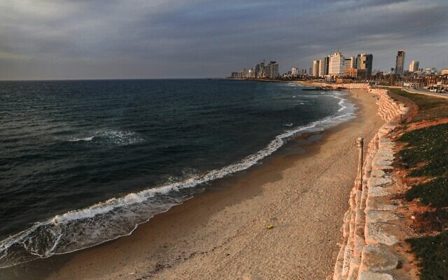 This picture taken on April 15, 2020 shows a view of an empty beach in the Mediterranean city of Jaffa, while Israel is under lockdown due to the COVID-19 coronavirus pandemic. (Ahmad GHARABLI / AFP)