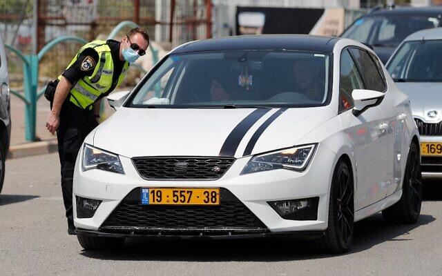 Police check cars at a temporary checkpoint in the northern Arab Israeli town of Deir el-Assad on April 16, 2020, during the coronavirus pandemic . (Ahmad Gharabli/AFP)