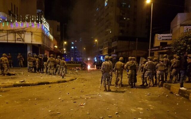 Lebanese army soldiers clash with protesters amid overnight confrontations in Lebanon's northern city of Tripoli late on April 29, 2020. (Fathi AL-MASRI / AFP)
