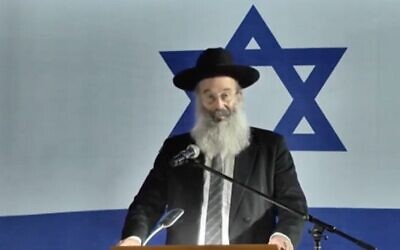 Screen capture from video of Bnei Brak Mayor Avraham Rubinstein during a ceremony to mark Israel's Memorial Day, April 27, 2020. (Ynet)