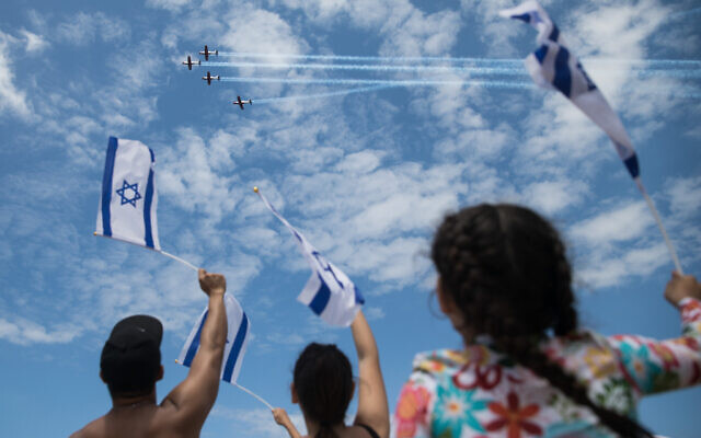 People at Bograshov Beach in Tel Aviv watch the military airshow on Israel's 71st Independence Day, May 9, 2019 (Hadas Parush/Flash90)