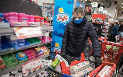 Israelis shops for groceries in Jerusalem on  March 18, 2020. The government ordered  all bars, restaurants and malls to close in an effort to contain the spread of virus, sparking a shortage in eggs. (Olivier Fitoussi/Flash90)