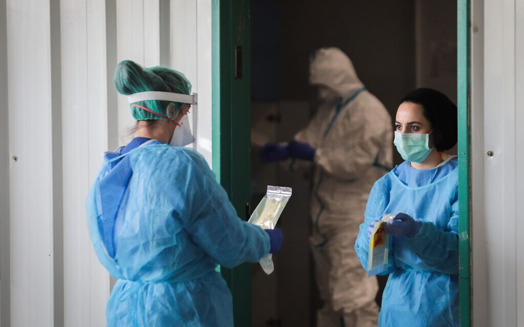 Shaarei Zedek hospital medical team, wearing protective clothing, as a preventive measure against the coronavirus in Jerusalem on March 30, 2020 (Yossi Zamir/Flash90)