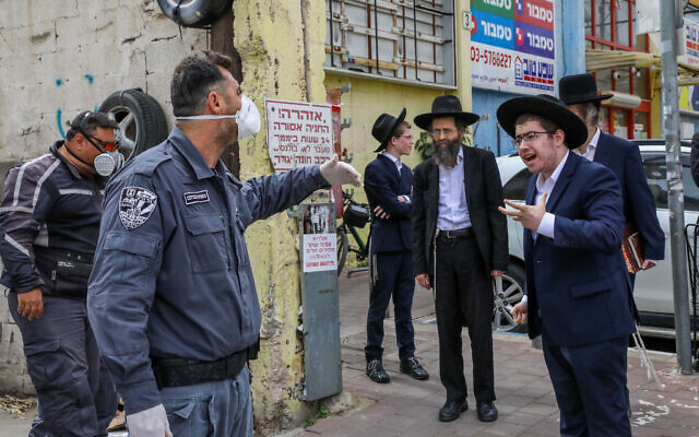 Police officers arrive to close synagogues in the city of Bnei Brak on April 1, 2020. (Yossi Zamir/Flash90)