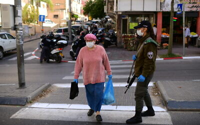 Israeli Police set up temporary checkpoints at the entrance to the Ultra-Orthodox Jewish city of Bnei Brak as part of an effort to enforce lockdown in order to prevent the spread of the coronavirus, April 3, 2020. (Tomer Neuberg/Flash90)