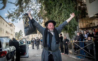 Police officers close synagogues and hand out fines to Haredi Jews in the Mea Shearim neighborhood of Jerusalem, following government restrictions imposed as part of the effort to contain the spread of the coronavirus, April 6, 2020. (Yonatan Sindel/Flash90)