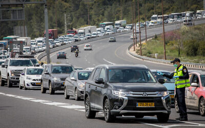 Police check drivers at a temporary checkpoint on Route 1 outside Jerusalem (Nati Shohat/Flash90)