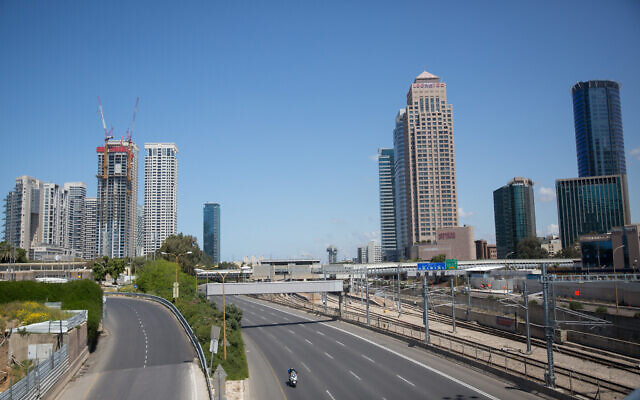 The empty Ayalon highway near the entrance to Tel Aviv's usually buzzing business district, April 8, 2020. (Miriam Alster/Flash90)