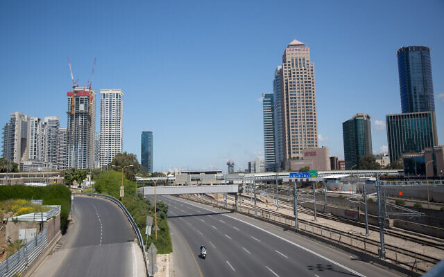 The empty Ayalon highway in Tel Aviv on April 8, 2020. All intercity travel has been banned until Friday morning. Photo by Miriam Alster/Flash90 *** Local Caption *** כביש סגר תל אביב איילון