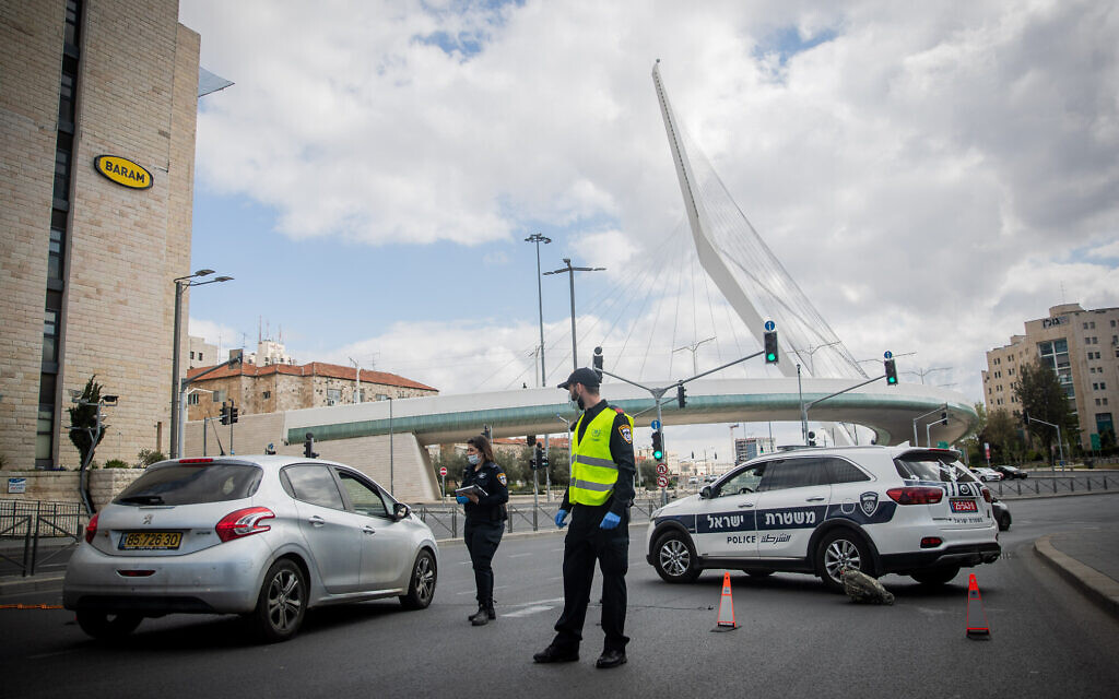Police at a temporary checkpoint at the entrance to Jerusalem on April 8, 2020, to check Israelis are adhering to coronavirus-related restrictions. (Yonatan Sindel/Flash90)