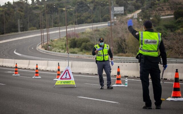 Police at a temporary checkpoint on Route 1 outside Jerusalem on April 8, 2020. (Yonatan Sindel/Flash90)