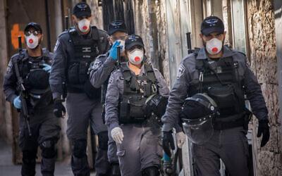 Police patrol in the ultra-Orthodox Jewish neighborhood of Mea Shearim on April 12, 2020 (Yonatan Sindel/Flash90)