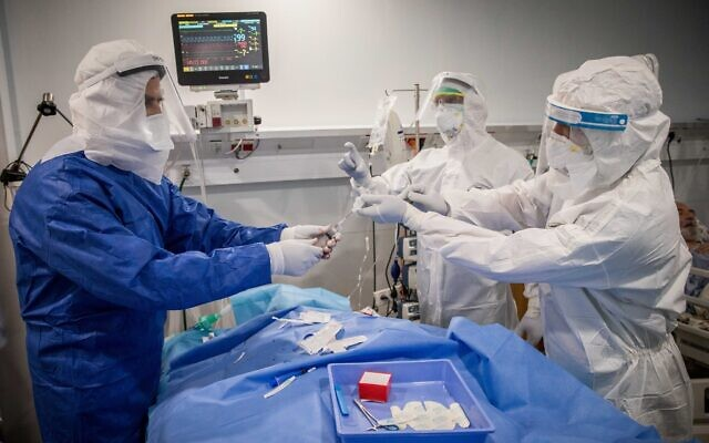 A medical team treats a patient with COVID-19 at the coronavirus unit, in Mayanei Hayeshua Medical Center, Bnei Brak, Israel, April 13, 2020. (Nati Shohat/Flash90)