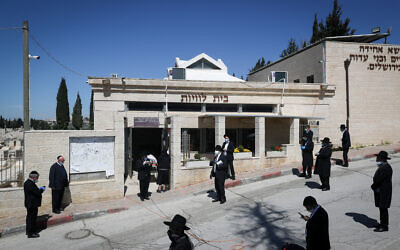 The funeral of Rabbi Eliyahu Bakshi-Doron, who died from complications of COVID-19, at the Har Hamenuhot cemetery in Jerusalem, April 13, 2020. (Yonatan Sindel/Flash90)