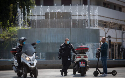Israeli police  patrol in Dizengoff square in Tel Aviv to check people are not disobeying the government's orders on a partial lockdown in order to prevent the spread of the coronavirus, April 14, 2020. (Miriam Alster/Flash90)