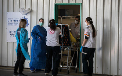A medical team receives a patient with suspected coronavirus at Shaare Zedek hospital in Jerusalem, April 16, 2020 (Nati Shohat/Flash90)