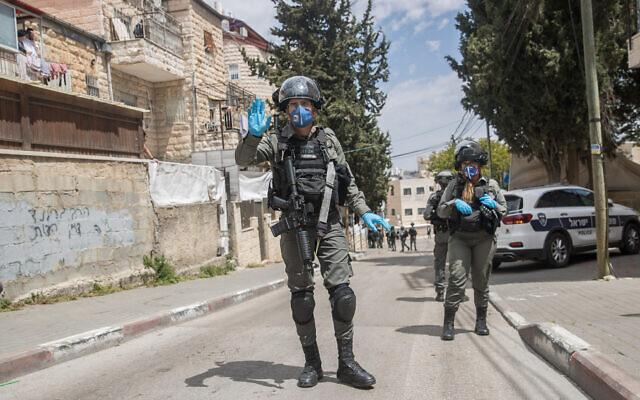 Border Police officers enforce a curfew in the ultra Orthodox Jewish neighborhood of Mea Shearim in Jerusalem, April 16, 2020. (Yonatan Sindel/Flash90)