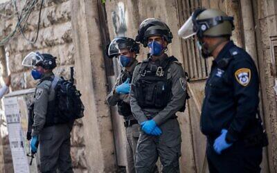 Police officers during a raid in the ultra-orthodox Jewish neighborhood of Mea Shearim on April 22, 2020. (Yonatan Sindel/Flash90)
