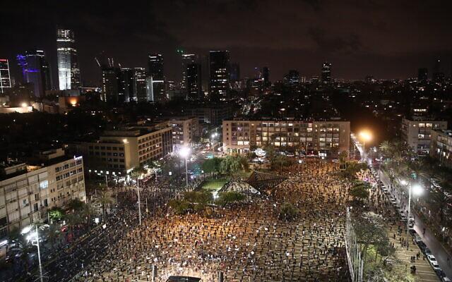Israelis protest against Prime Minister Benjamin Netanyahu in Tel Aviv on April 25, 2020. (Miriam Alster/Flash90)