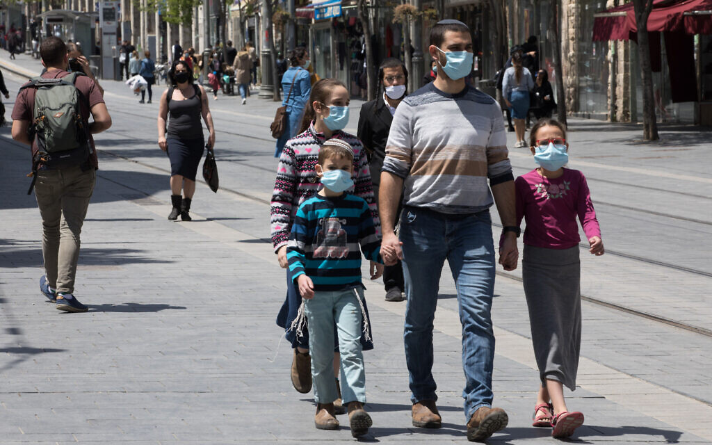 People on Jaffa Street in downtown Jerusalem on April 26, 2020. (Nati Shohat/Flash90)