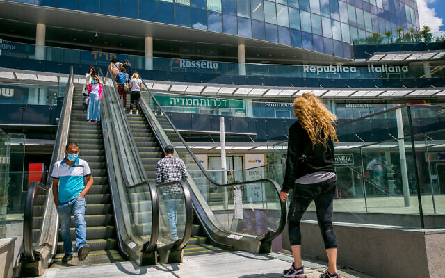 Israelis walk at a shopping center in the city of Netanya, on April 26, 2020. (Yossi Aloni/Flash90)
