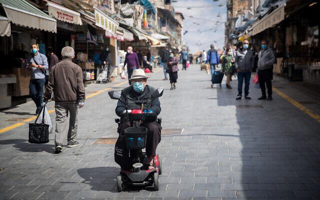 Shoppers at the Mahane Yehuda market in Jerusalem on April 25, 2020. (Yonatan Sindel/Flash90)