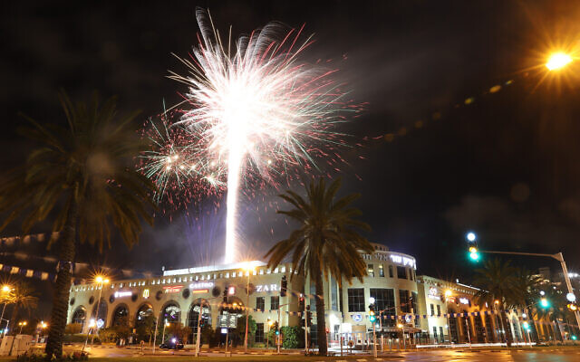 Fireworks light up the skies in Holon as Israel celebrates its 72th Independence Day under lockdown, April 28, 2020. (Yossi Aloni/Flash90)
