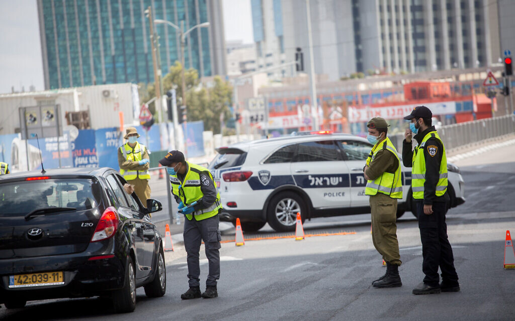 Police enforcing a lockdown due to the coronavirus outbreak, seen at a roadblock on Begin Road in Tel Aviv, April 29, 2020. (Miriam Alster/Flash90)