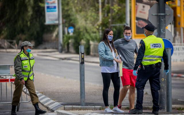Israeli police guard a roadblock in Jerusalem, on April 29, 2020, as Israel celebrates its 72th Independence Day under lockdown due to the coronavirus. (Yonatan Sindel/Flash90)