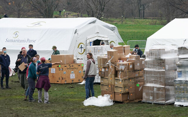 Volunteers from the International Christian relief organization Samaritans Purse set up an emergency field hospital in New York, March 31, 2020. (Bryan R. Smith/AFP)