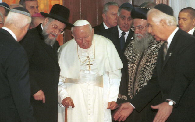 Pope John Paul II (C) meets Israeli chief rabbis Rabbi Yisrael Meir Lau (L) and Rabbi Eliyahu Bakshi-Doron (R). March 23, 2000 (Flash90)