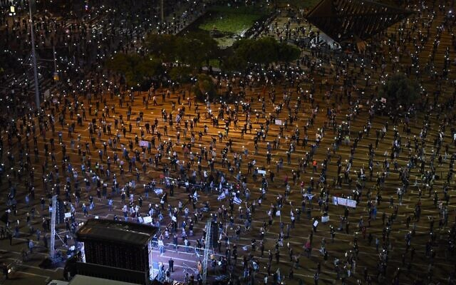 A rally against Prime Minister Benjamin Netanyahu in Rabin's Square, Tel Aviv, on April 19, 2020 (Elad Guttman)