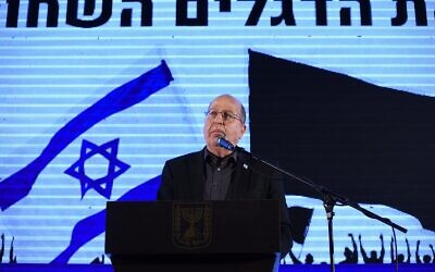 Yesh Atid-Telem MK Moshe Ya'alon addressing a rally against Prime Minister Benjamin Netanyahu in Rabin's Square, Tel Aviv, on April 19, 2020 (Elad Guttman)