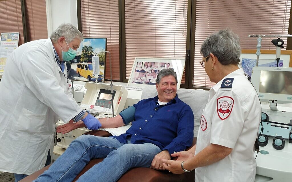 Illustrative: A recovered coronavirus patient (center) donating plasma for Israel's experimental antibodies treatment, and (right) Eilat Shinar. (Magen David Adom)