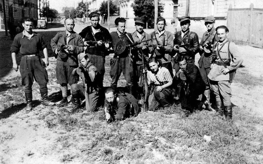 Famous photo of 'Avengers' partisan group led by Abba Kovner. Kneeling in the front aiming his gun is Benjamin Levin. (public domain)