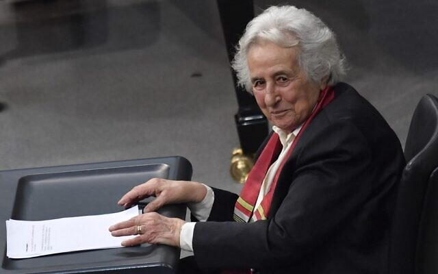 This photo taken on January 31, 2018 ,shows Holocaust survivor and cellist Anita Lasker-Wallfisch addressing the Bundestag (Germany's lower house of parliament) in Berlin during the annual ceremony in memory of Holocaust victims and survivors (John MACDOUGALL / AFP)