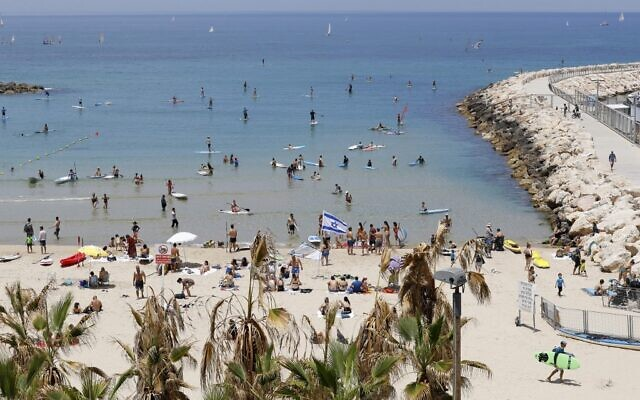 Hundreds of people flock to the beach in Tel Aviv, May 16, 2020, as Israel eased pandemic restrictions. (JACK GUEZ / AFP)
