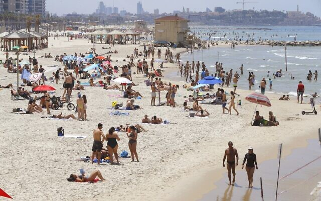 Beachgoers enjoy an afternoon in Tel Aviv as temperatures soar on May 16, 2020, amid the COVID-19 pandemic. (JACK GUEZ / AFP)