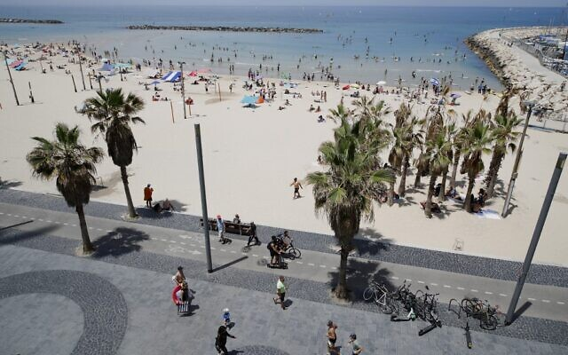 Hundreds of people enjoy a day at the beach in Tel Aviv on May 16, 2020, amid the COVID-19 pandemic. (JACK GUEZ / AFP)