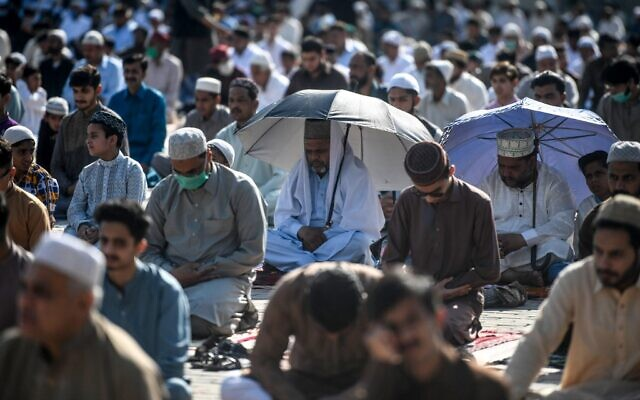 Muslims offer Eid al-Fitr prayers at the Eidgah Sharif Darbar in Rawalpindi on May 24, 2020 (Aamir QURESHI / AFP)