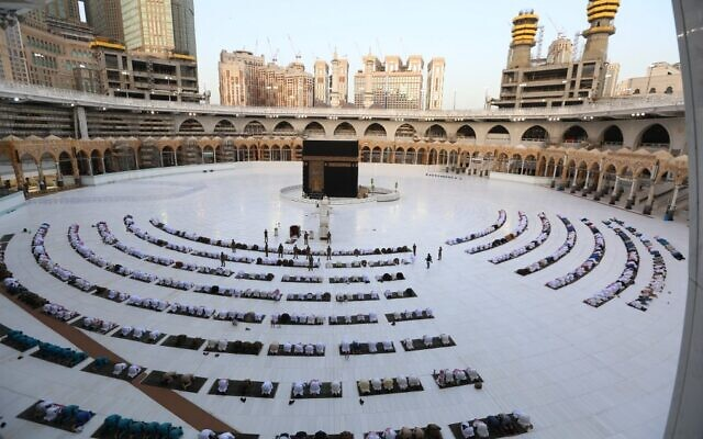 This picture taken early on May 24, 2020 shows worshippers gathering before the Kaaba at the Grand Mosque in Saudi Arabia's holy city of Mecca to attend the prayers of Eid al-Fitr (AFP)